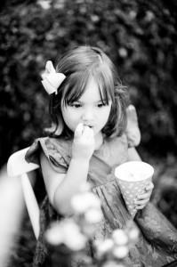 criança comendo pipoca de aniversário
