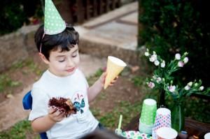 criança com chapéu de aniversário