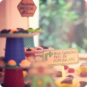 decoração de festa com placas de sinalização